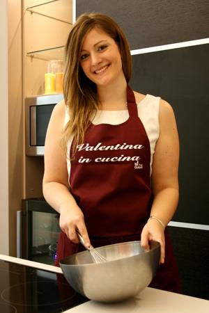 Un grembiule da cucina di puro cotone  personalizzato con il tuo nome o il nome del tuo blog,  come quello indossato qui da Valentina!